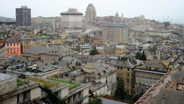 Вид на дождливый город Генуя, Италия. Архивное фото