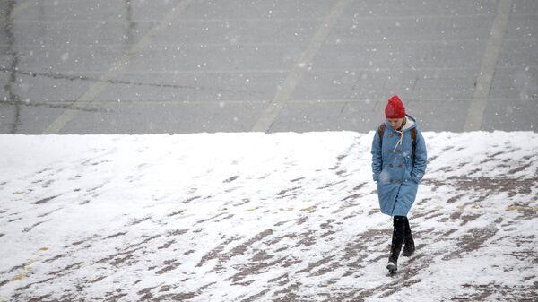 Пешеход во время снега в Екатеринбурге