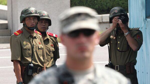 Солдаты США и КНДР во время церемонии, посвященной годовщине окончания Корейской войны