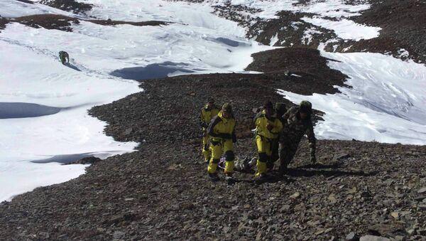 Спасательные операции в районе схода лавины в Гималаях, Непал 16 октября 2014