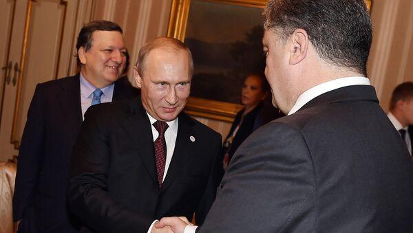 Владимир Путин и Петр Порошенко во время рабочего завтрака в Милане 17 октября 2014