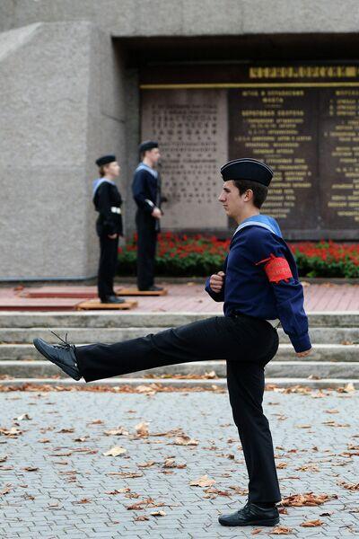 Часовые на посту №1 у Мемориала героической обороны Севастополя