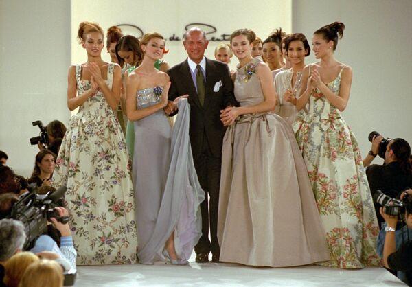 Американский модельер Оскар де ла Рента во время показа коллекции, 1995 год, Нью-Йорк