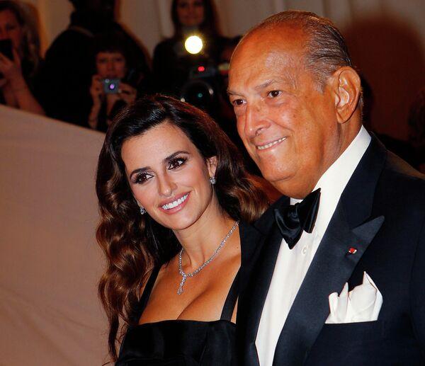 Испанская киноактриса и модель Пенелопа Крус и американский модельер Оскар де ла Рента. Нью-Йорк, 2011 год