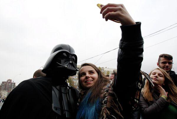 Кандидат от Интернет партии Украины Дарт Вейдер общается с избирателями