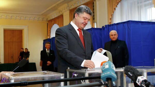 Порошенко проголосовал на избирательном участке в Киеве. Архивное фото