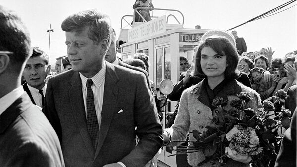 Президент Джон Ф. Кеннеди и его жена Жаклин Кеннеди в аэропорту Далласа. Архивное фото