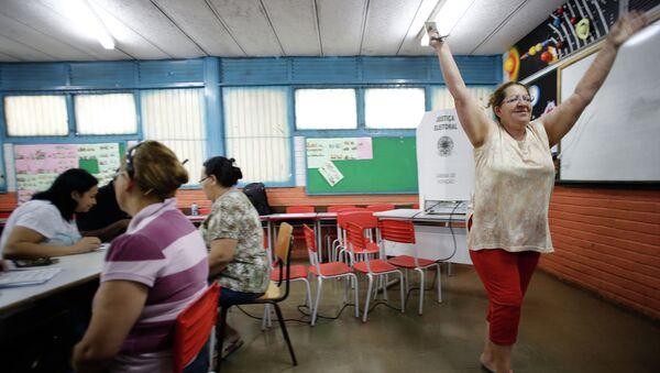 Женщина после голосования на выборах президента Бразилии. Архивное фото