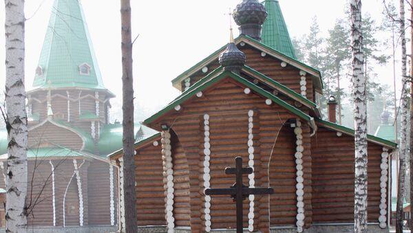 Крест на месте захоронения останков царской семьи в Мужском монастыре в честь святых Царственных страстотерпцев