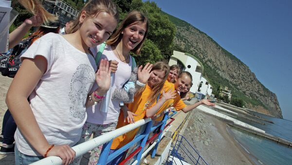 Дети, приехавшие из Москвы, в международном детском центре Артек