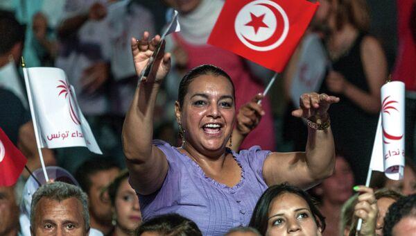 Сторонники тунисской партии Нидаа Тунис во время предвыборного митинга в Тунисе