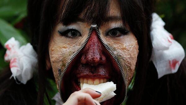Участница зомби парада