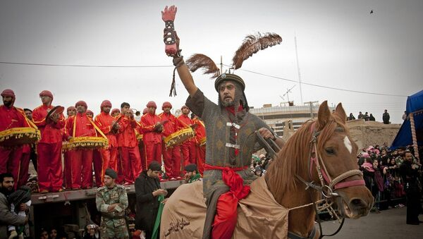 Иранцы принимают участие в представлении во время празднования Дня Ашура