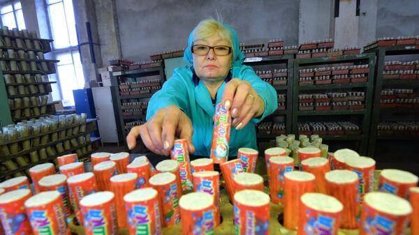 Производство пиротехники на заводе в Челябинске. Архивное фото