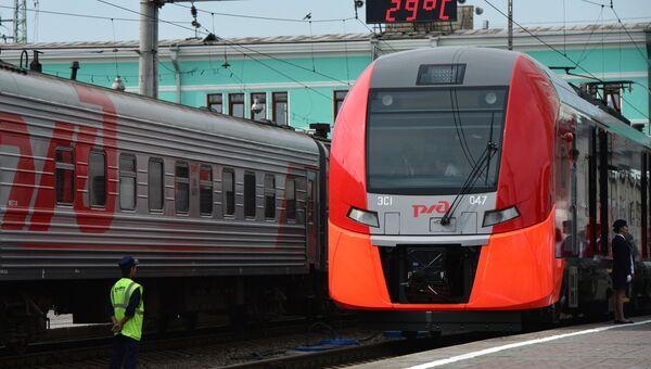 Скоростной электропоезд Ласточка во время стоянки на вокзале. Архивное фото