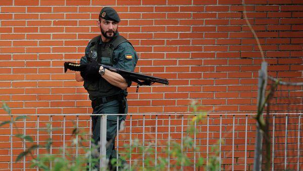 Служащий Испанской Гражданской гвардии на спецоперации в Сан-Себастьяне, Испания. Архивное фото