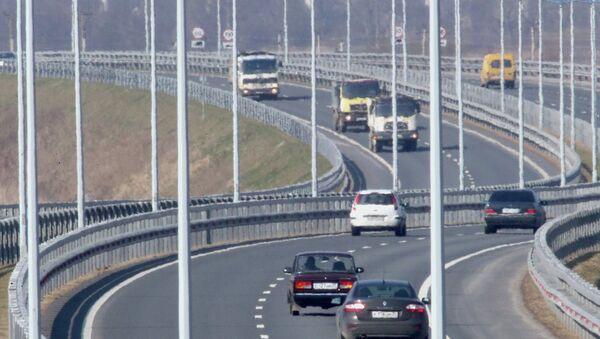 Автомобили на шоссе в Калининградской области. Архивное фото