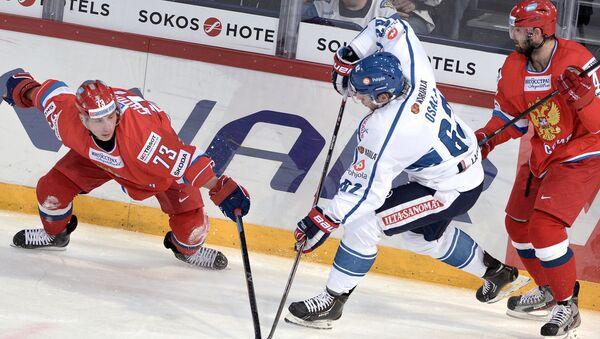 Игровой момент в хоккейном матче между сборными России и Финляндии, архивное фото