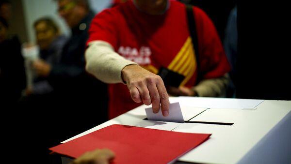 Житель Барселоны принимает участие в опросе о независимости Каталонии. Архивное фото
