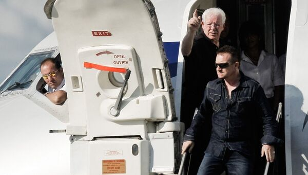 Ирландский певец Боно, лидер группы U2 спускается по трапу самолета. Архивное фото