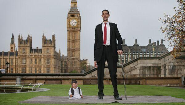 Встреча самого низкого человека в мире с самым высоким человеком в мире. Лондон, 13 ноября 2014