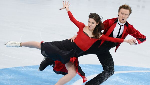 Российские фигуристы Елена Ильиных и Руслан Жиганшин выступают в короткой программе танцев на льду на четвертом этапе Гран-при по фигурному катанию в Москве