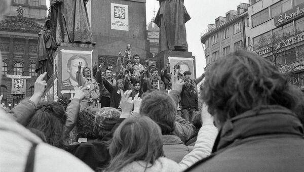 Сторонники Вацлава Гавела празднуют его избрание на пост президента в результате Бархатной революции. Прага, 28 декабря 1989