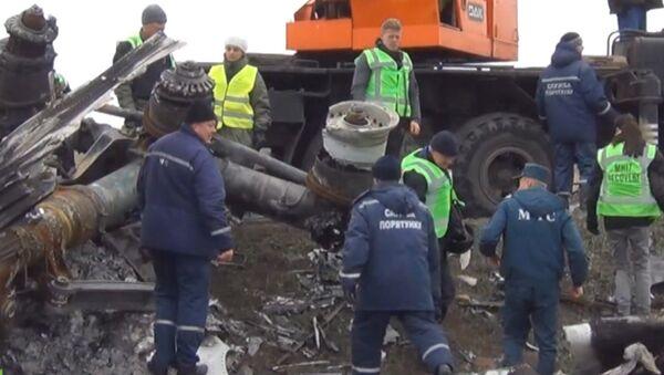 Обломки малайзийского Boeing с помощью крана погрузили на автомобили