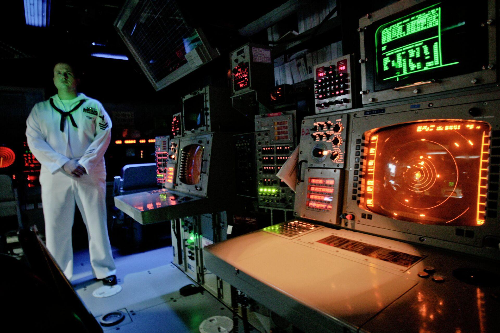 Офицер ВМС США в рубке управления корабля системы Aegis (Иджис) во время учений в Румынии. Архивное фото - РИА Новости, 1920, 16.02.2021