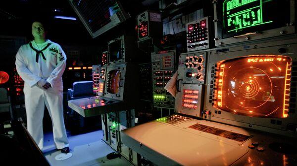 Офицер ВМС США в рубке управления корабля системы Aegis (Иджис) во время учений в Румынии. Архивное фото