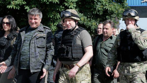 Арсен Аваков и Александр Турчинов на позициях украинских военных в Славянске. Архивное фото