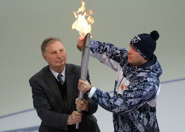 Легендарный тренер по хоккею Виктор Васильевич Тихонов во время эстафеты Олимпийского огня