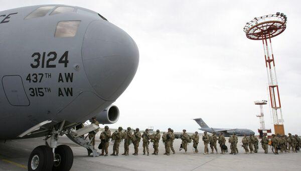 Американские военнослужащие у транспортного самолета. Архивное фото.