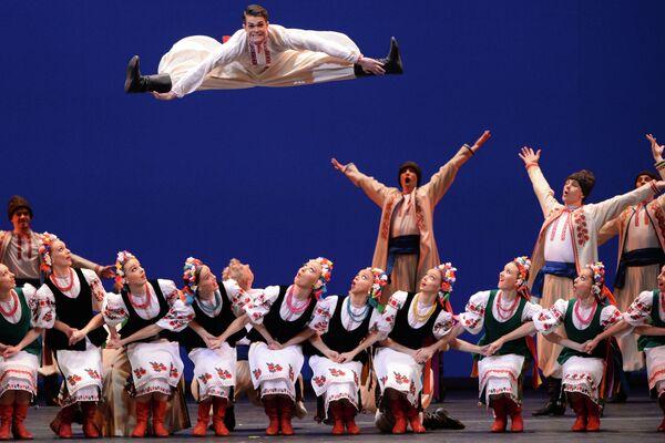 Артисты Государственного академического ансамбля народного танца имени Игоря Моисеева исполняют украинский танец Гопак на концерте в Большом театре