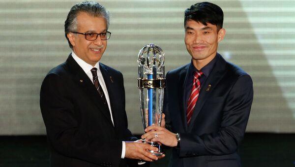 Глава AFC шейх Сальман бин Ибрахим аль Халифа вручает награду игрок года Чжэн Чжи. Архивное фото