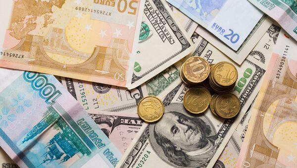 Рубли, доллары и евро. Архивное фото