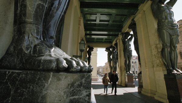 Здание Нового Эрмитажа, портик которого украшают гранитные статуи атлантов