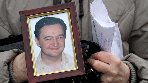 Наталья Магницкая держит портрет своего сына, адвоката Сергея Магницкого