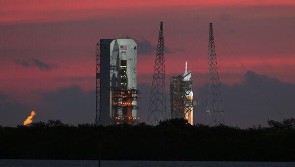 Космический корабль Орион на стартовой площадке на мысе Канаверал, США