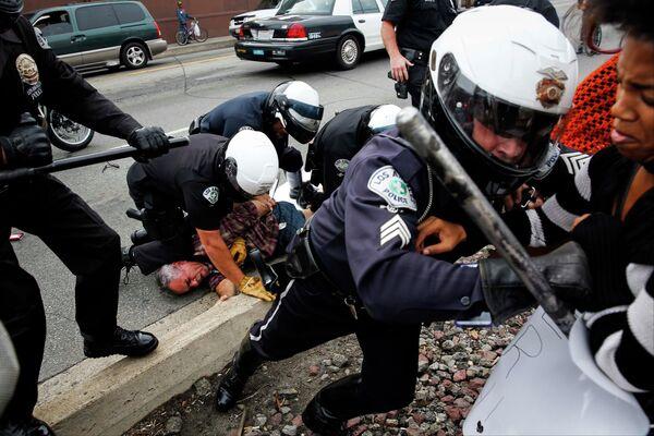 Беспорядки в Лос-Анджелесе после решения Большого жюри по делу убийства подростка полицейским
