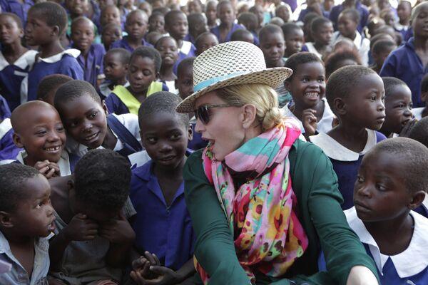 Певица Мадонна общается с детьми во время визита в Касунгу
