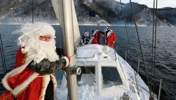 Участники яхт-клуба Шкипер одетые как Деды Морозы на реке Енисей возле Красноярска