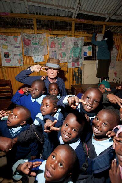 Актёр Билл Найи во время благотворительной миссии в Найроби