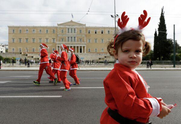 Участники забега Санта-Клаусов в Греции