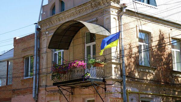 Украинский флаг на здании города Винница, Украина. Архивное фото
