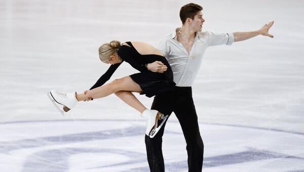 Анна Яновская и Сергей Мозгов (Россия) выступают в произвольной программе танцев на льду в финале юниорского Гран-при по фигурному катанию в Барселоне