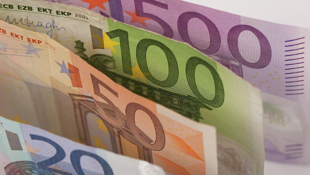 Евро дешевеет к доллару, обновляя минимумы с 2003 года