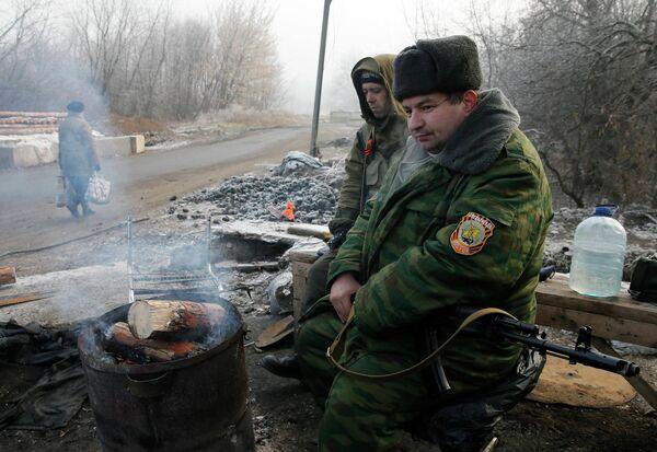 Бойцы ополчения на въезде в город Макеевка, Донецкая область