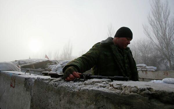 Боец народного ополчения на КПП возле города Горловка
