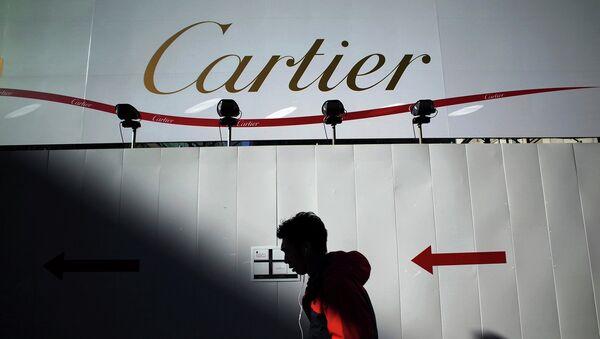 Прохожий на фоне рекламного баннера Cartier. Архивное фото